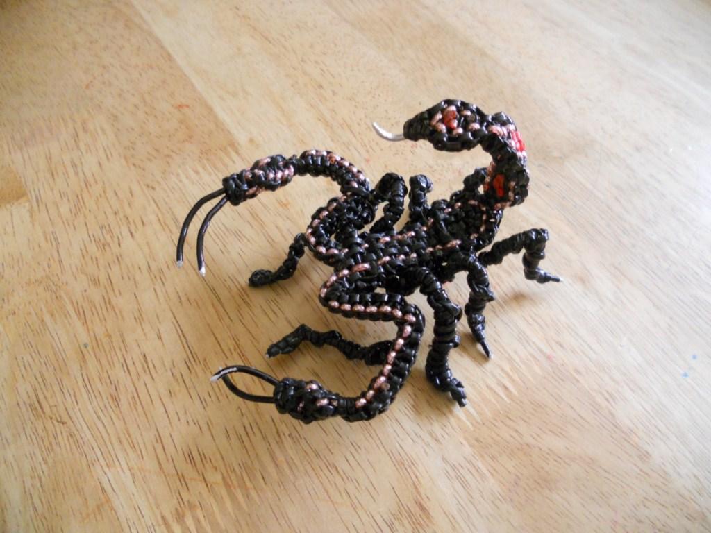 scorpion noir l 39 art des scoubidous. Black Bedroom Furniture Sets. Home Design Ideas
